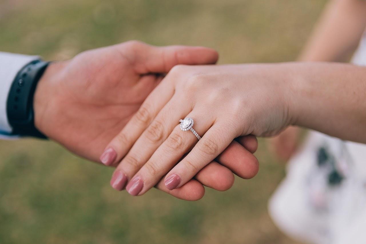 erbedaan Cincin Tunangan Dengan Cincin Pernikahan